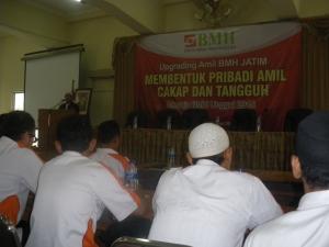 UPGRADING AMIL BMH JATIM. Sebagai upaya untuk meningkatkan kecakapan amil – amil BMH dalam hal berkomunikasi dan closing marketing, BMH Wilayah Jawa Timur mengadakan upgreading amil-amil BMH regional Jatim. ALHAMDULILLAH, 120 an Amil BMH se Korwil 3 Jatim menjadi peserta acara tersebut yang didiselenggaran pada Hari Kamis Tanggal 30 Januari 2014, Jam 08.00 – 17.00 WIB. Tempat Gedung Cut Nyak Dien Aula BPPNFI  Jl. Gebang Putih No 10, Sukolilo  Surabaya. Rangkaian acara sbb: Sambutan PW BMH Jatim :H. Samsudin, SE. Materi Upgarding Amil I: Tekhnik Marketing dan closing :Faqih Syarif, S.Sos. Msi. Upgarding Amil II: Etika Komonikasi :Wahyudi. Kelembagaan : Ust. Abdurrahman, SE.   Peran dan Fungsi BMH dalam perjalanan Lembaga kedepan. acara diakhiri doa dan foto bersama. Acara diakhiri doa dan foto bersama. Salam Super, Salam Sukses, Salam Dahsyat, Salam Mantafff…